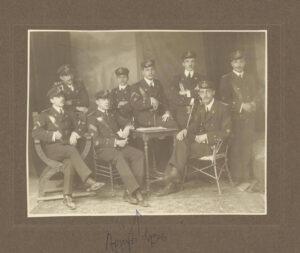 1909, Γρ. Μεζεβίρης Αρχηγός των Δοκίμων (2ος από αριστερά,καθιστός)
